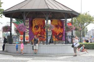 Tableaus met afbeeldingen van Van Gogh én de Belgische schilder Roger Raveel, die in 2013 overleed.
